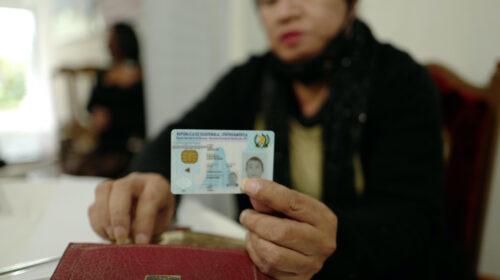 Jannet Contreras mostrando el documento de indetificacion personal